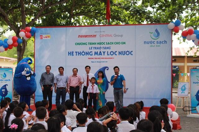 Lễ trao tặng hệ thống máy lọc nước tại trường Tiểu học Phú Hòa Đông 2 (Củ Chi).